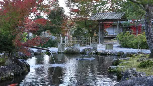 Tradiční japonské zahrady v parku na podzim