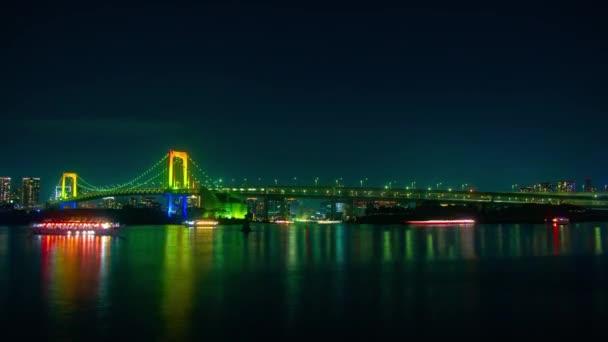 Plovoucí lodě v noci nedaleko Duhový most časová prodleva
