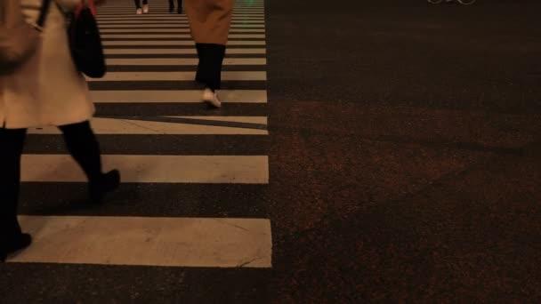 Procházkové části těla v noci přes Shibuya