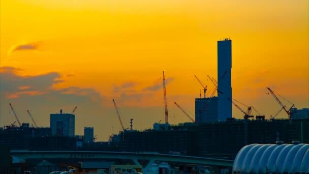 Časový výpadek pohyblivých jeřáby při výstavbě v Tokiu za soumraku