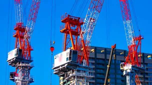 Zeitraffer fahrender Kräne am im Bau befindlichen Tokyoschwenk
