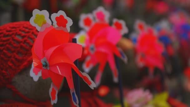 Strážce soch na Rudém klobouku v Tokiu ve dne