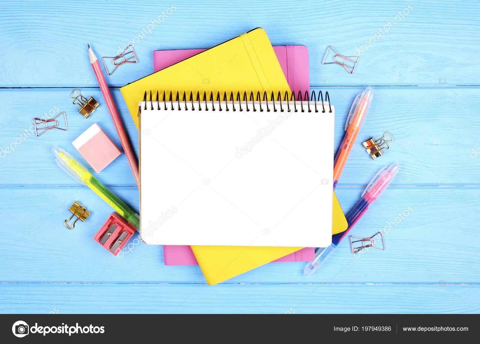 2a9220361d Θηλυκό Σετ Σχολικά Είδη Κίτρινο Ροζ Κάλυμμα Κενό Φύλλο Ανοίξτε– εικόνα  αρχείου