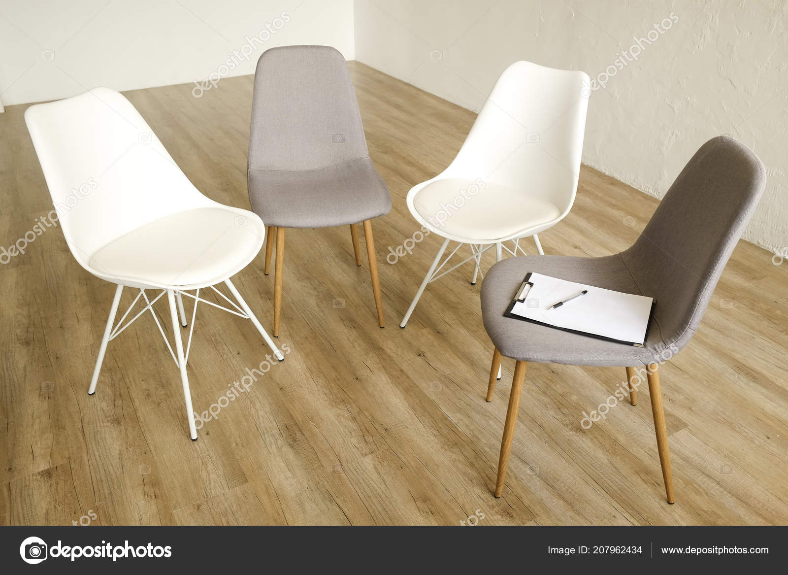 Ordinaire Multiple Loft Style Empty Chairs Standing Row Wooden Floor Counselor U2014  Stock Photo