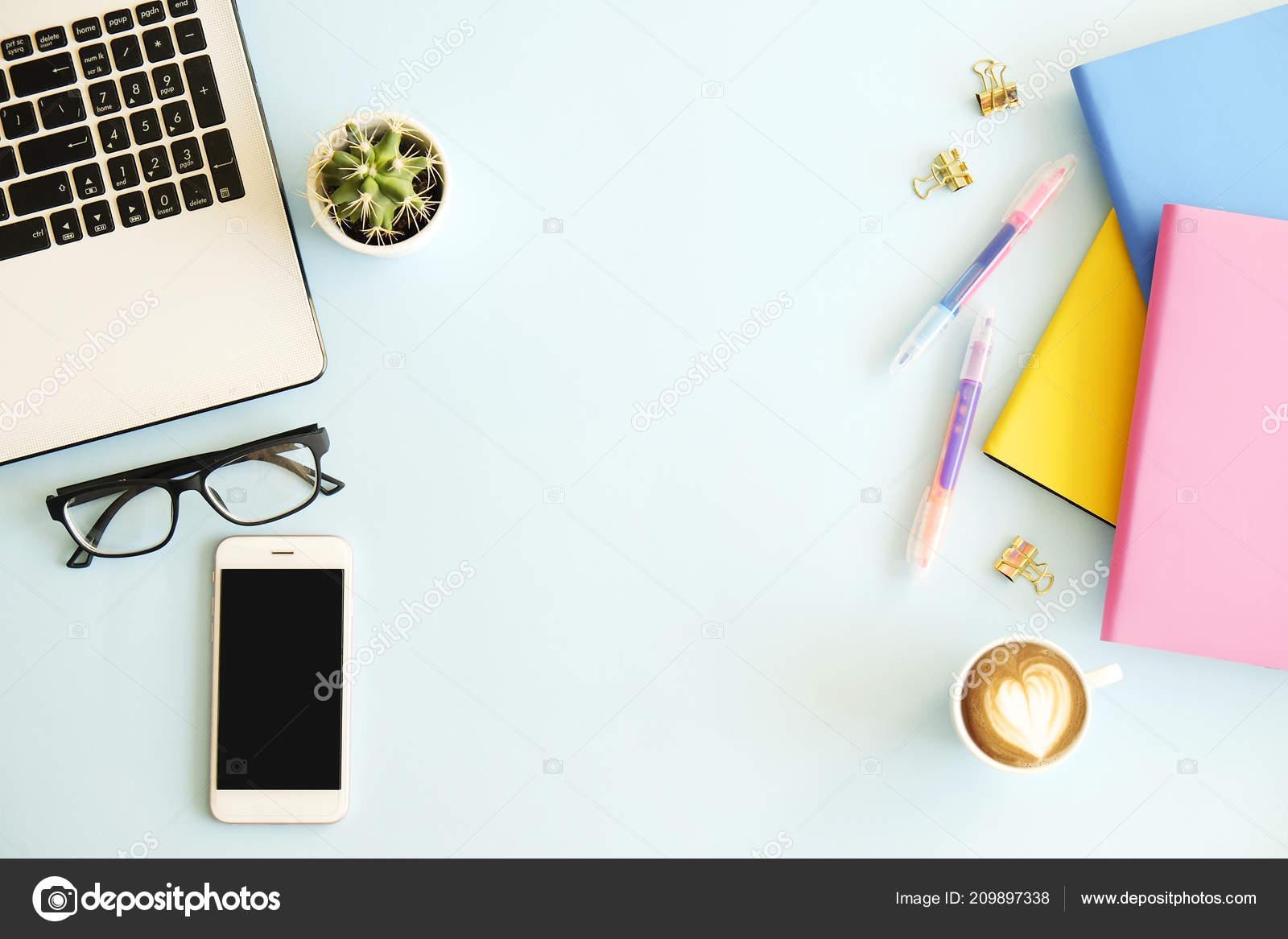 Plan De Travail Mobile office workplace laptop multiple colorful notebooks blank