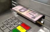 Detailní pohled atm fasády s osvětleným sceen a klávesnici a balík Thajsko bhat bankovky jsou stažené z peněžní slot - 3d vykreslení