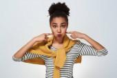 Fiatal nő stúdió elszigetelt fehér duzzogás ajkak játékos