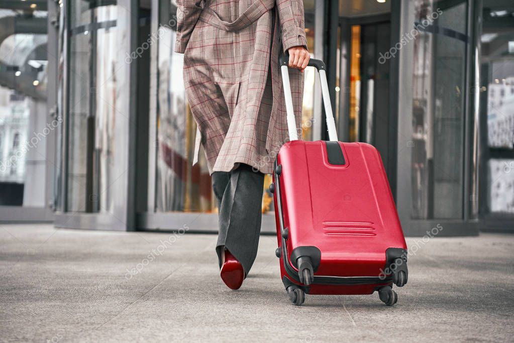 woman leaving with luggage - HD1300×957