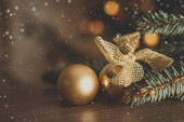Zlatý vánoční koule na stromeček pozadí