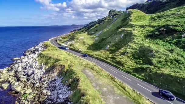 Észak-Írország, Egyesült Királyság. Causeway parti útvonal aka Antrim Coast Road. Az egyik a legcsodálatosabb tengerparti utak Európában. Tanulságos videóinak légi 4k