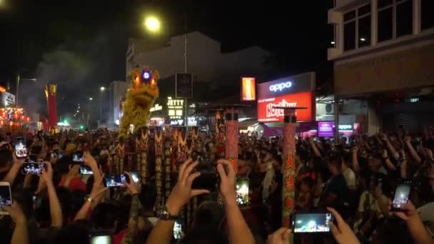 Lví tanec na chůdách uvítaly davy.