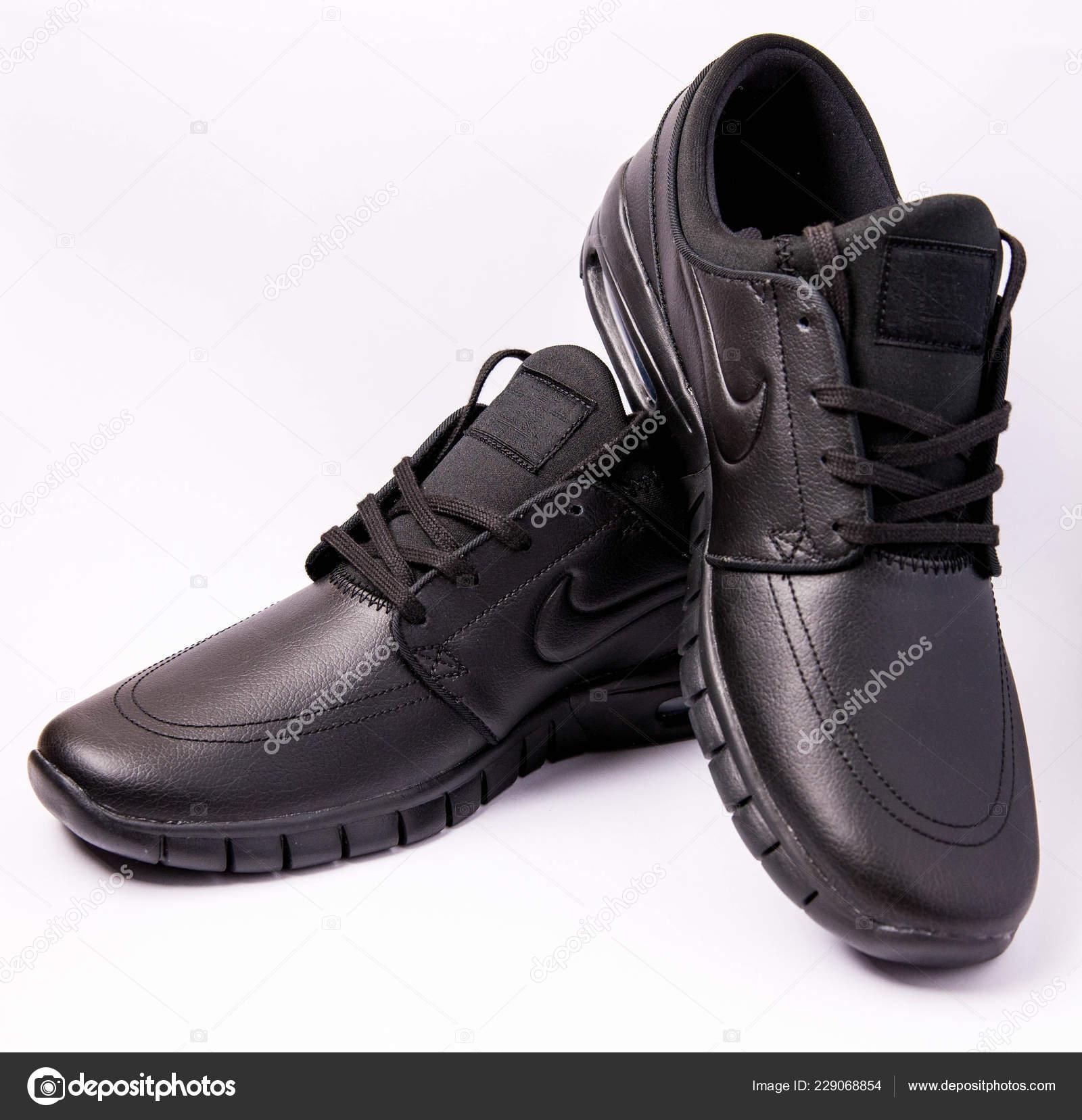 Foto Stock — De Producto Nike Tomas Negro Editorial Zapatos Cuero CBodexWr
