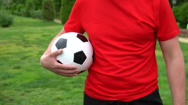 Fotbalista a míč detail