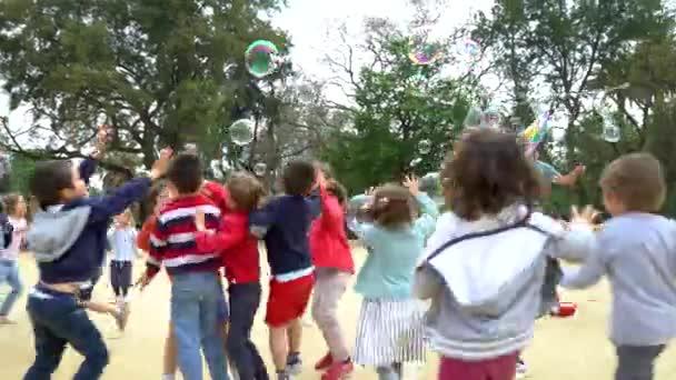 Barcelona, Spanien - 9. Mai 2018 - Kinder spielen mit Seifenblasen im Parc de la ciutadella