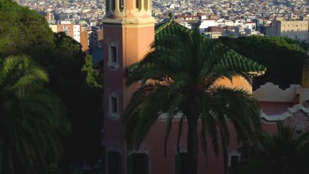 Barcelona, Španělsko - 11. května 2018: Rychlé vertikální panorama na Barcelonu a Středozemní moře z výšky Park Guell