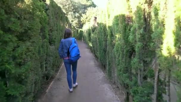 Barcelona, Španělsko. Dívka se snaží najít správnou cestu v labyrintu Park Orta