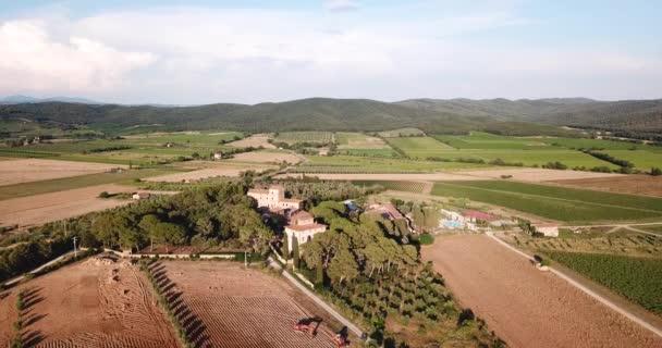 Piombino, Toscana, Itálie. Letecký pohled na farmě a stará vila na venkově