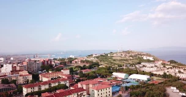Piombino, Toscana, Itálie. 18. června 2018. Letecký pohled na město, přístav a moře