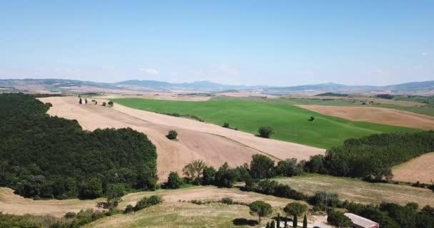 Val d Orcia, Siena megyéhez tartozik, Toszkána, Olaszország - 2018 június 18. A légi felvétel a völgy és a Cappella di Vitaleta-templom