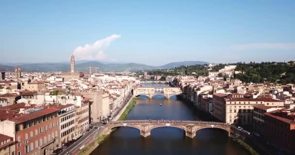 Florencie, Toskánsko, Itálie – 21. června 2018. Letecký pohled na řeku Arno a St Trinity a Ponte Vecchio mosty