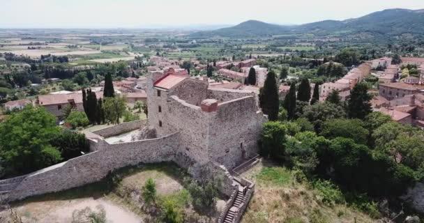 Suvereto, Toskánsko, Itálie. Letecký pohled na hrad Rocca Aldobrandesca a město
