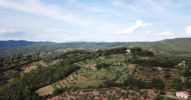 Castagneto Carducci, Livorno, Toskánsko, Itálie - 25 června 2018. Letecký pohled na údolí na venkově