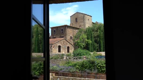 Piombino, Toskana, Italien. Blick aus dem Fenster einer antiken Villa
