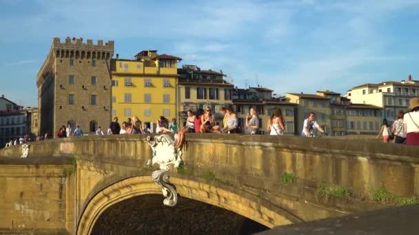 Florencie, Toskánsko, Itálie 21 června 2018. Lidé odpočívají na mostě Trinity St
