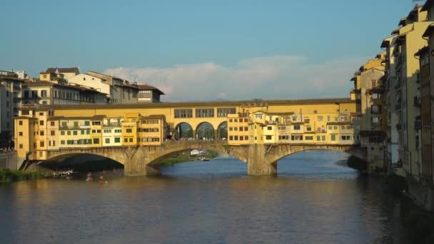 Florencie, Toskánsko, Itálie 21 června 2018. Panoramatický pohled na řeku Arno a Ponte Vecchio most