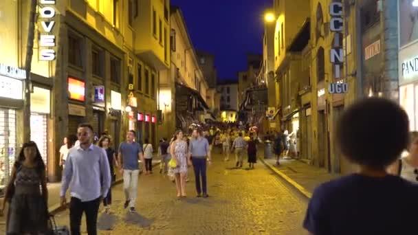 Florencie, Toskánsko, Itálie 21 června 2018. Lidé chodí podél osvětlené přes Via Por-Santa Maria v noci