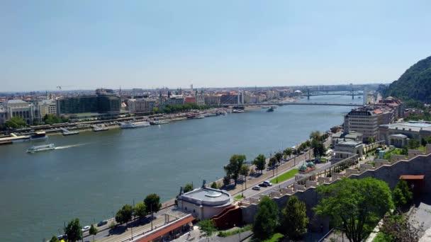 Budapest, Magyarország - 8 augusztus, 2018: panoráma Duna Castle.