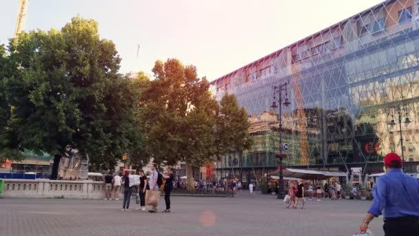 Budapest, Magyarország - 8 augusztus, 2018: ter a Vörösmarty tér és a sétáló emberek nem definiált.