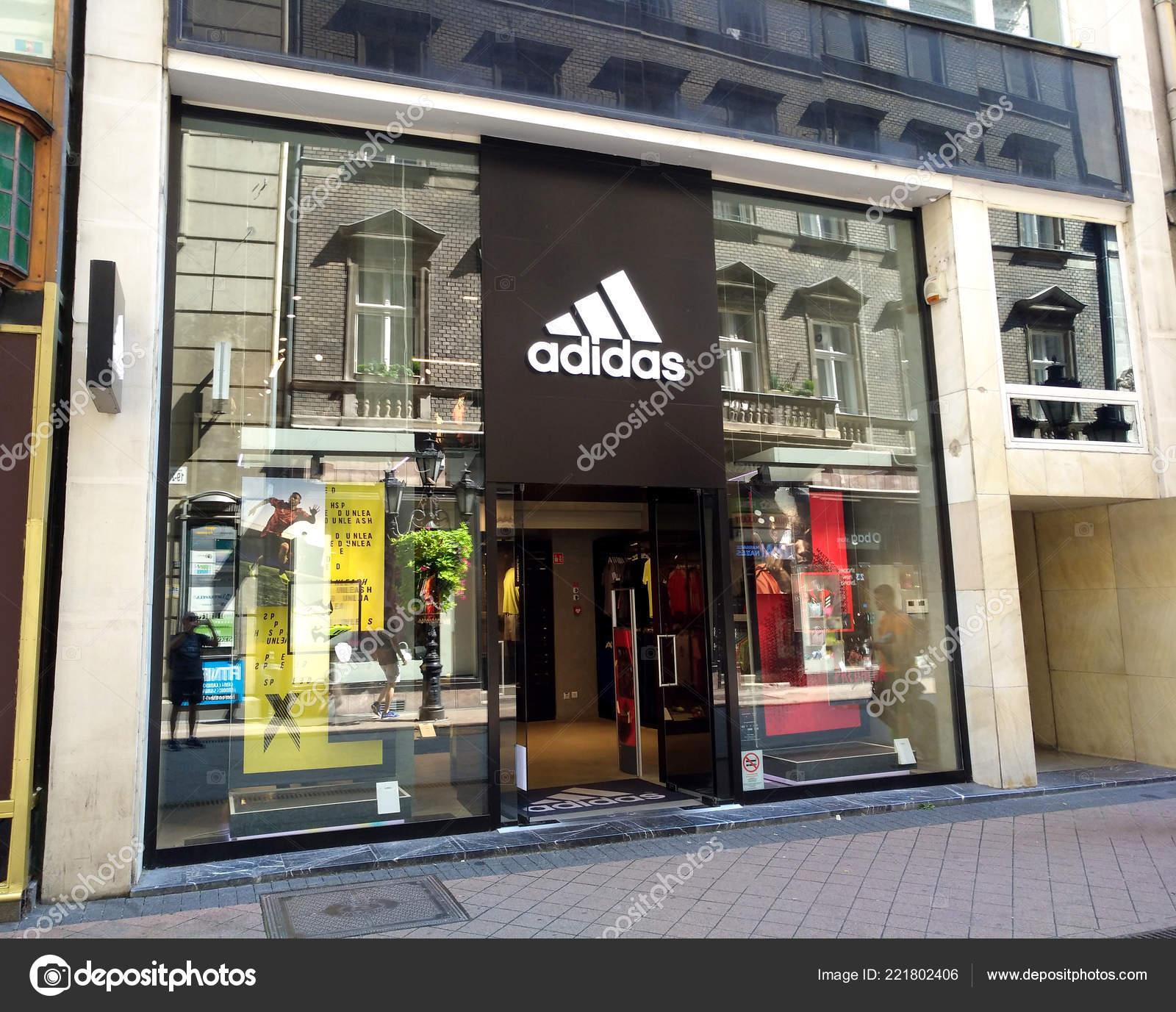 Budapest Hungary August 2018 Exterior Adidas Store Sign Store Fashion —  Stock Photo 8ec6cc9c63