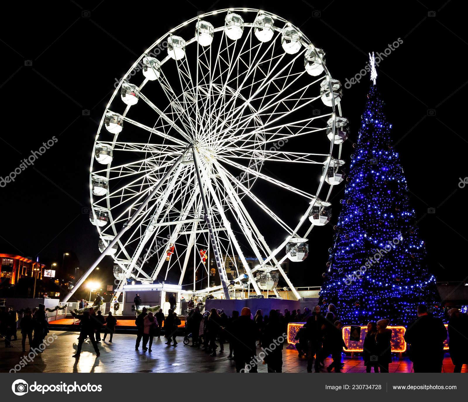 Weihnachtsbaum England.Riesige Outdoor Beleuchtete Weihnachtsbaum Mit Riesenrad Hintergrund