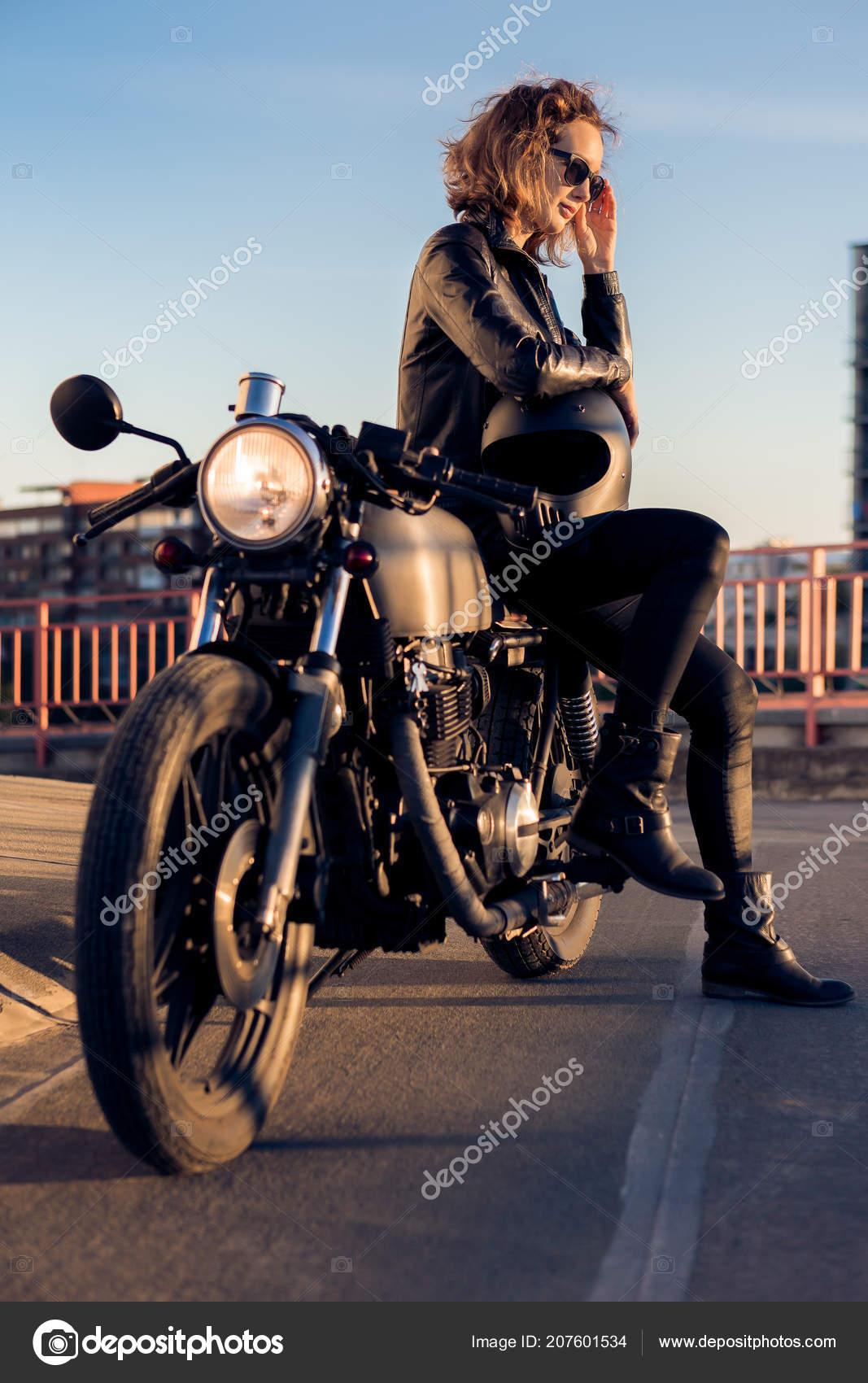 70c8d62c17 Szexi Motoros Fekete Bőrkabát Ülni Vintage Egyéni Caferacer Motorkerékpár  Megfelelő — Stock Fotó