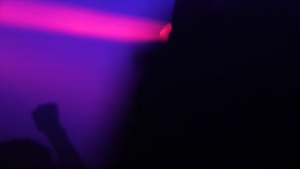 Lidé tančí na večírku v neonová světla světla zařízení