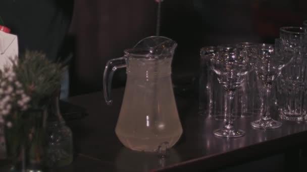A csapos előkészíti a házi limonádé, megmozdul a kancsóban kanállal
