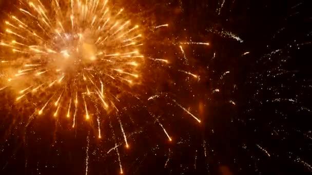 Helle Feuerwerkssalven am Nachthimmel. Städtereise
