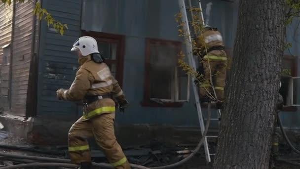Hasiči požár uhasit. Hoření starý opuštěný dům. Zpomalené Video