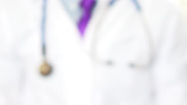 Doktor zobrazující láhev pilulek pro pacienta