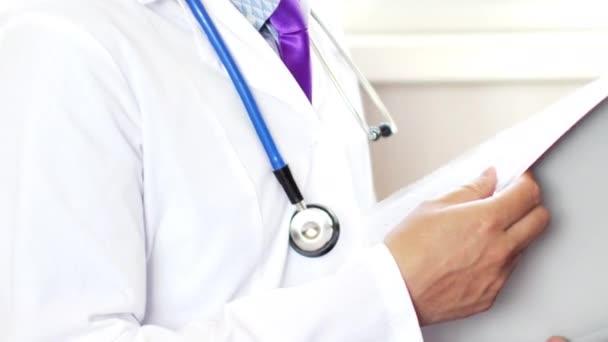 Arzt liest medizinische Dokumente für medizinische Forschung