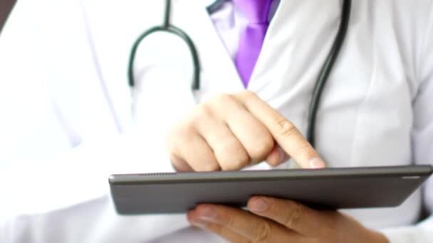 Arzt mit digitalem Tablet-Touchscreen