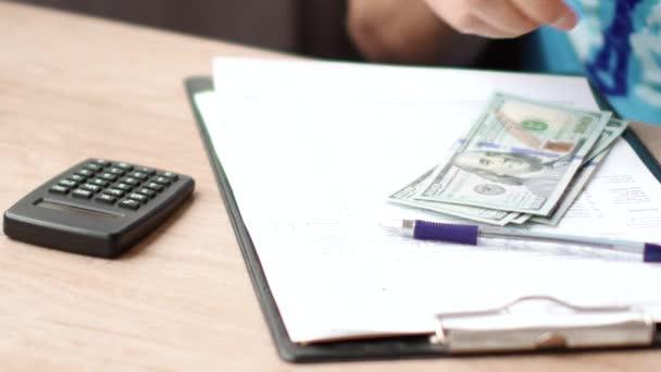 Male ruce počítání bankovek dolarů