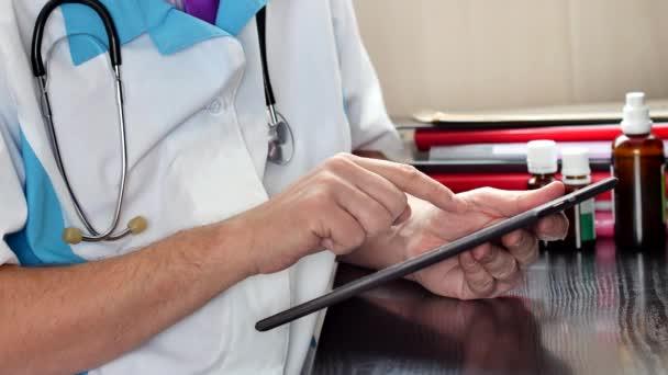 Ärztin arbeitet mit einem modernen Touchscreen-Tablet-Computer