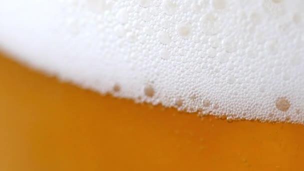 Studené světlo pivo ve sklenici.