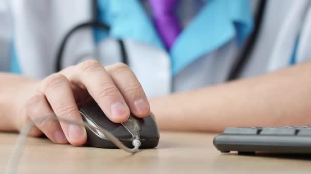 Gesundheitswesen und medizinische Konzept: Medizin Arzt arbeiten und mit der Maus auf Computer