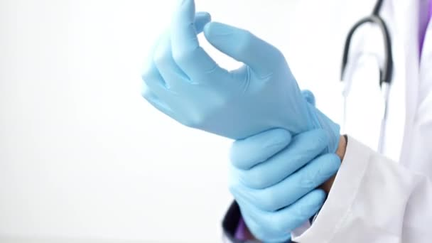 Arzt putzt blaue Latex-Handschuhe, Nahaufnahme