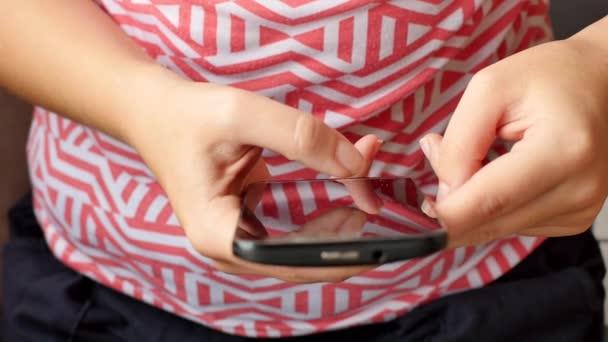 Uzavření rukou mladých žen při psaní SMS