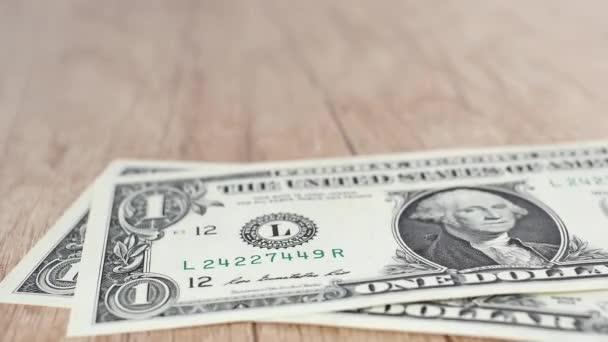 Osoba, která počítá dolarové bankovky v ruce. Peníze. Bohatý muž.