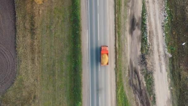 Luftaufnahme aus der Drohne auf einem schweren LKW mit Sand
